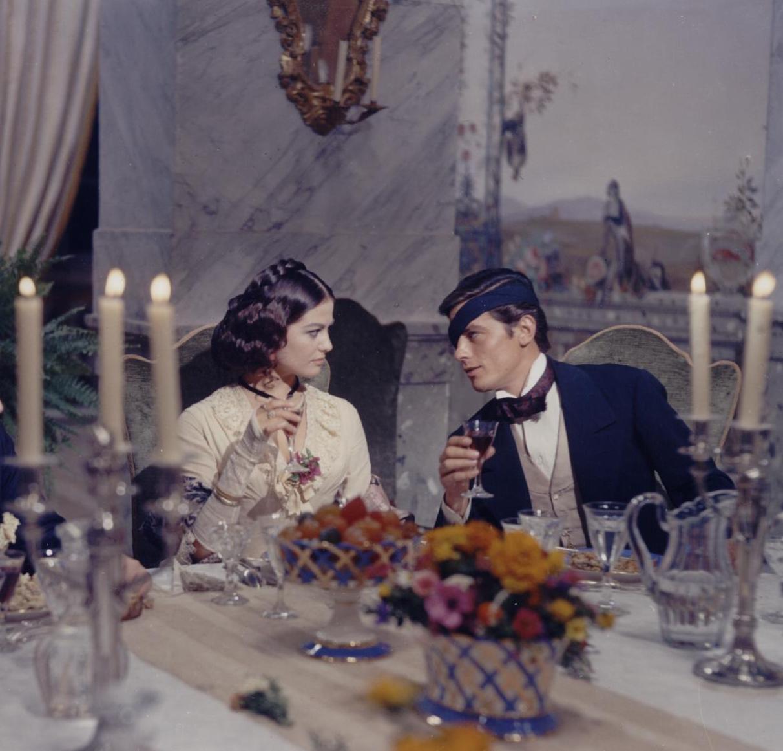"""Claudia Cardinale e Alain Delon, riprese del film """"Il Gattopardo"""", Sala da Pranzo d'Estate (1962)"""